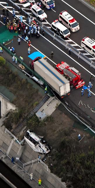 高中生巴士被撞2人死亡14人受伤